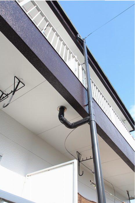 樋や鉄部は艶消しブラックでアイアン調に。