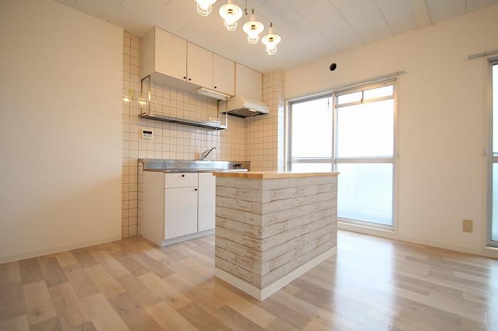 対面キッチン風にアレンジして第一印象アップ!カウンター内部にはダストボックスや食器が置ける収納スペースを設けました。