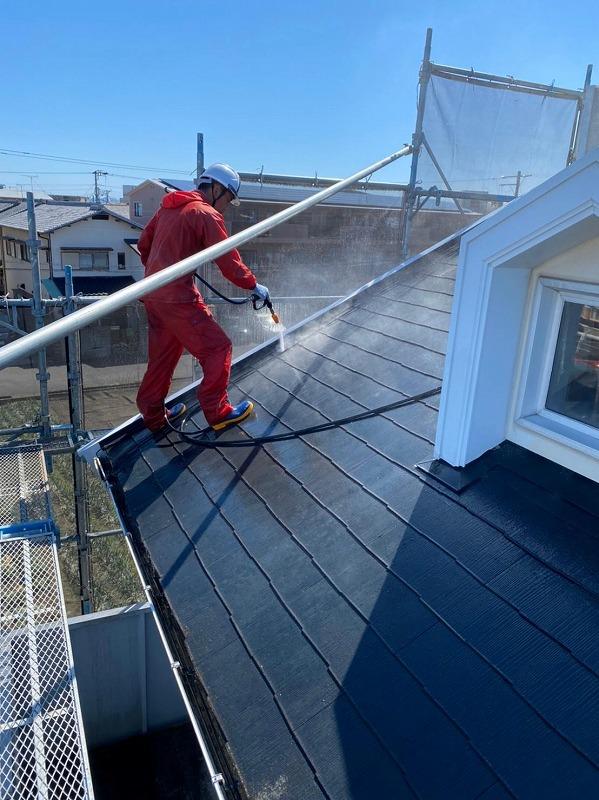 高圧洗浄で塗装面をしっかり洗います。
