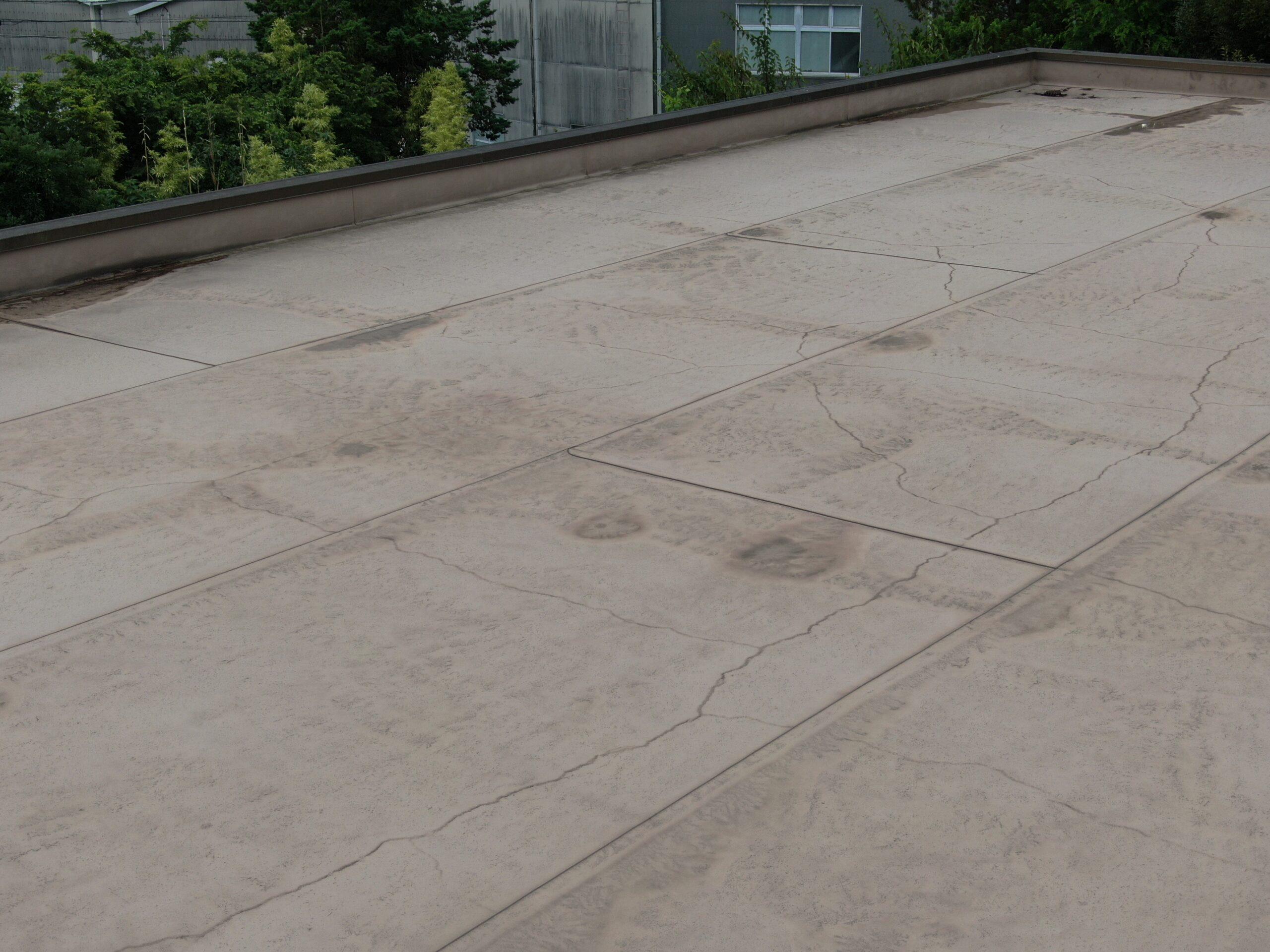 施工前 ヒビが割れ始め雨漏りの原因や躯体への染み込みが心配です。
