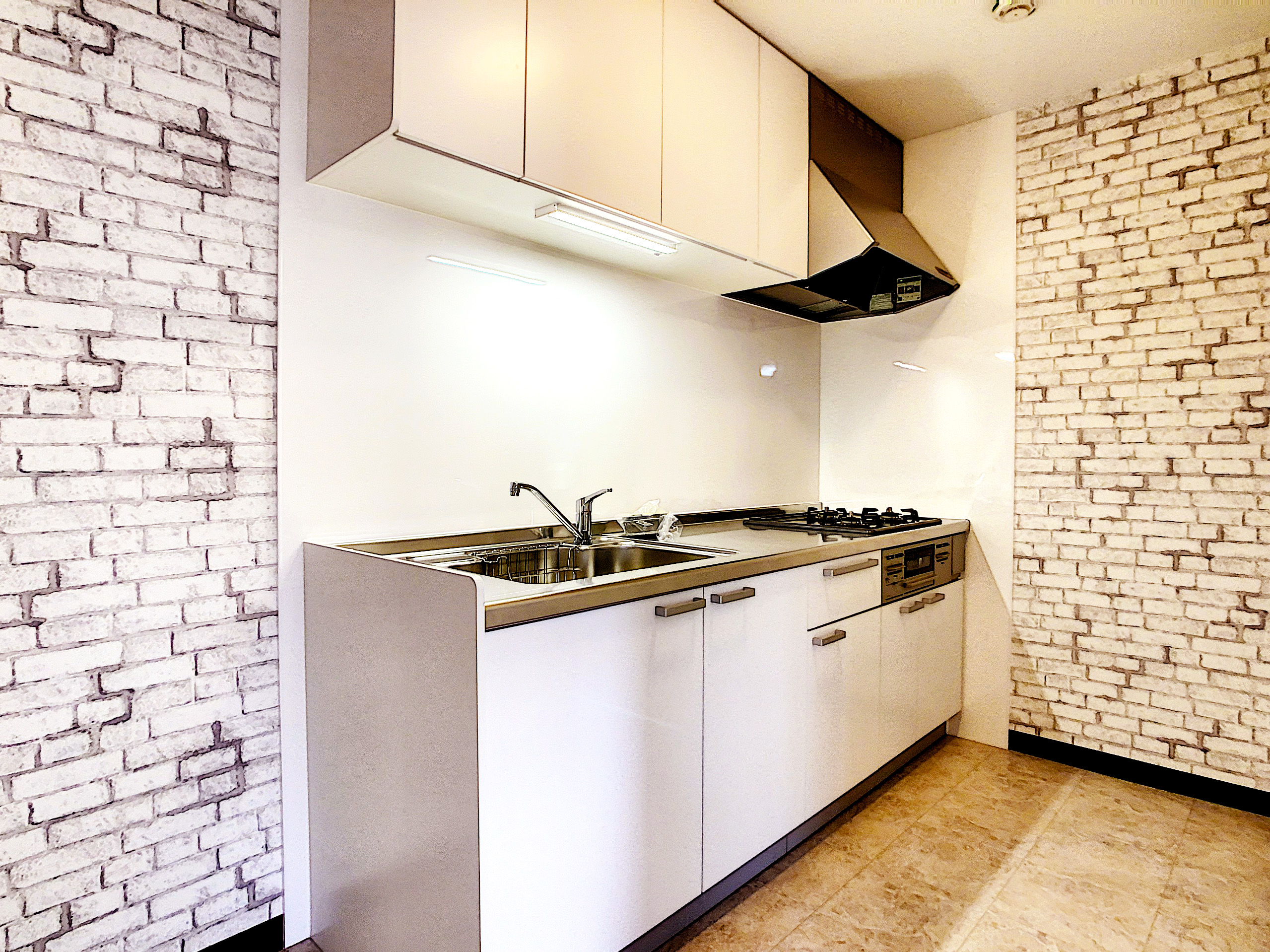 キッチンの床は大理石柄です!