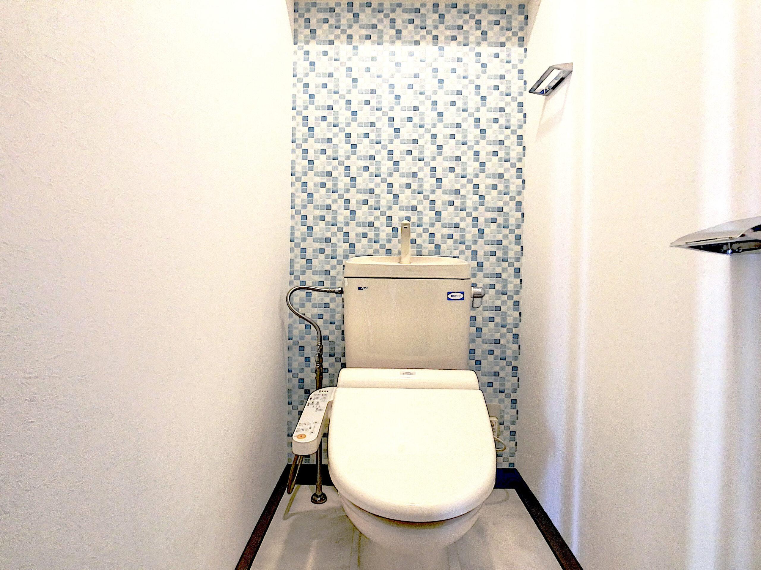 ブルー系のタイル柄が爽やかなトイレ
