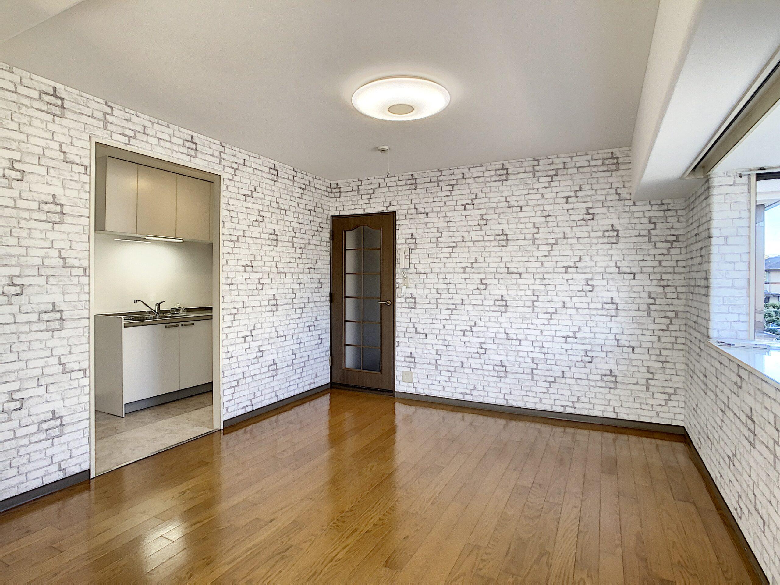 白のレンガ調壁紙がヨーロピアンな雰囲気を演出してくれます