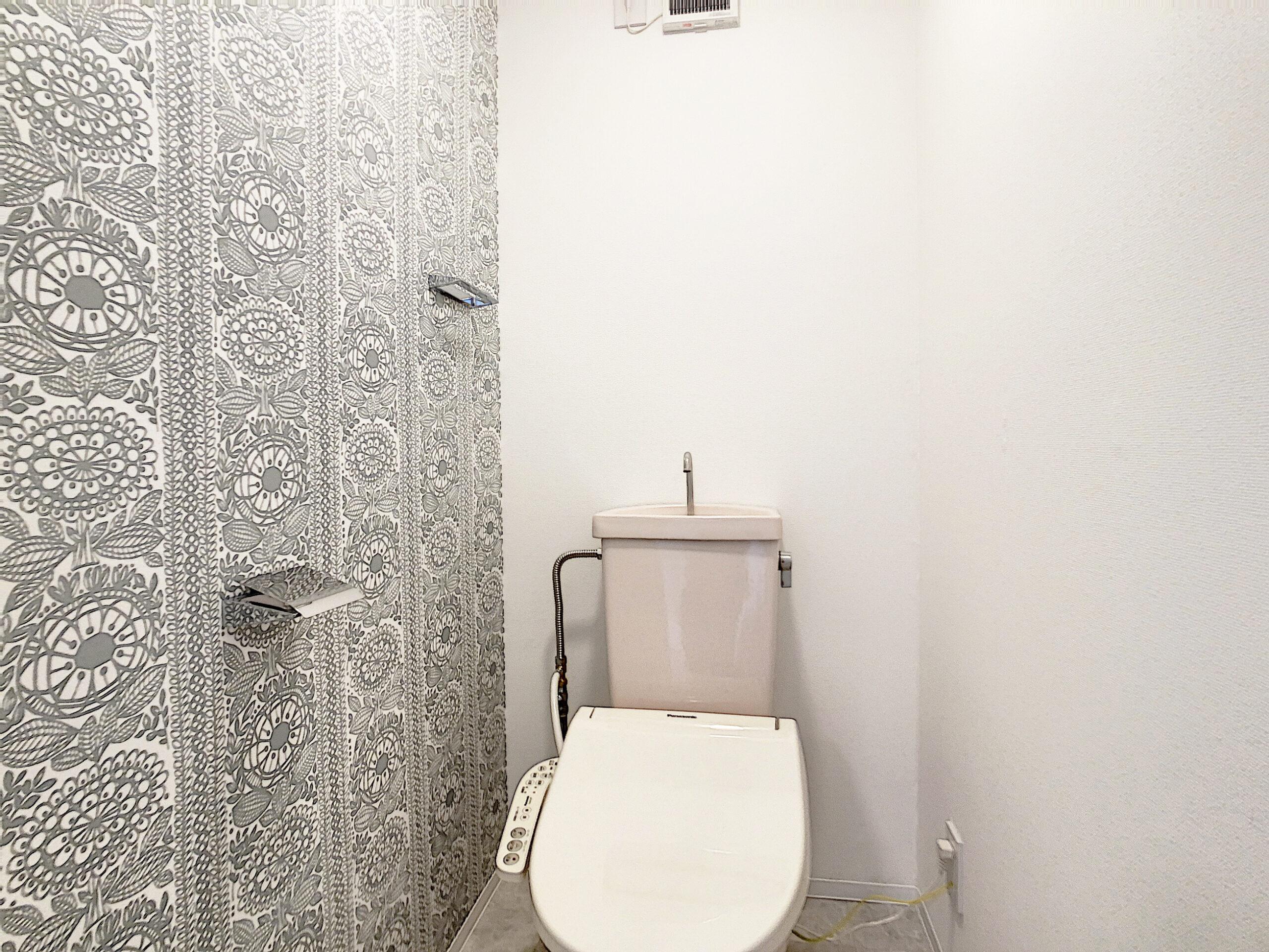 レースの壁紙がアクセントのトイレ