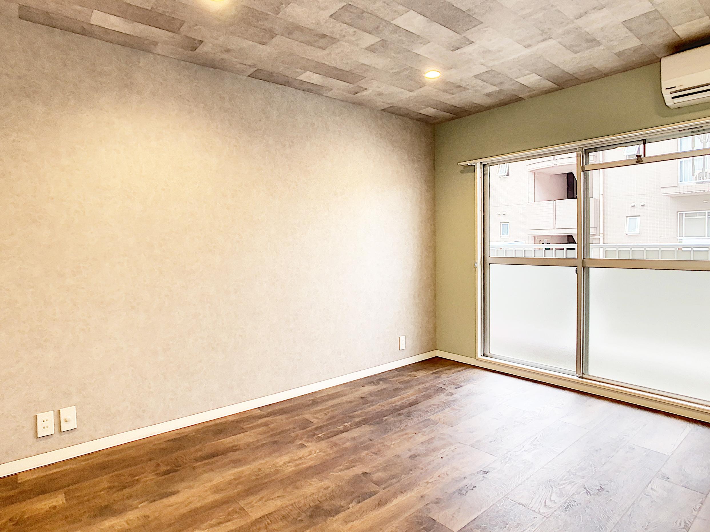 無機質なコンクリートとナチュラルな木目・グリーンが調和した落ち着く空間。