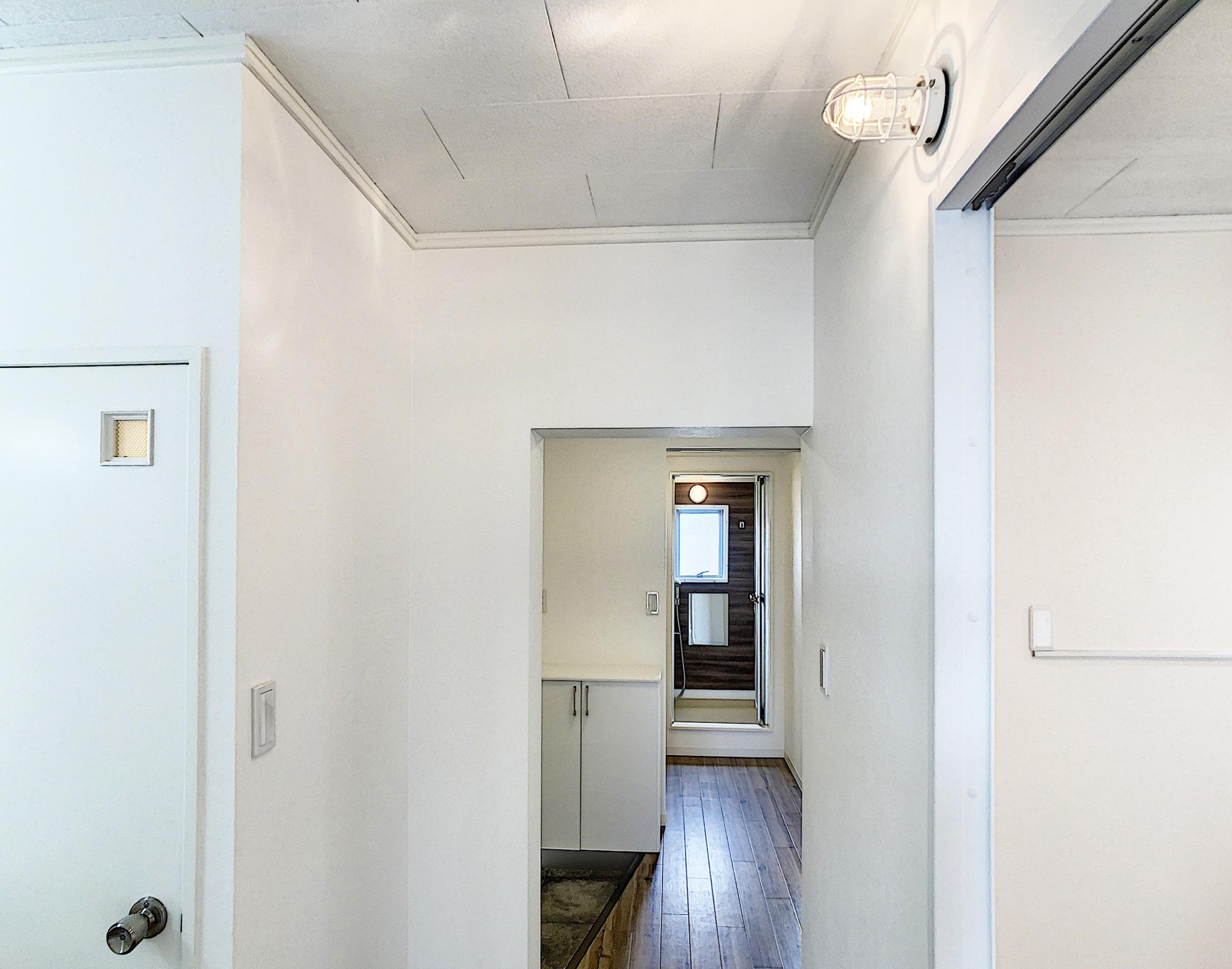 廊下にもマリンランプを付け、隅々までこだわったリノベーション。