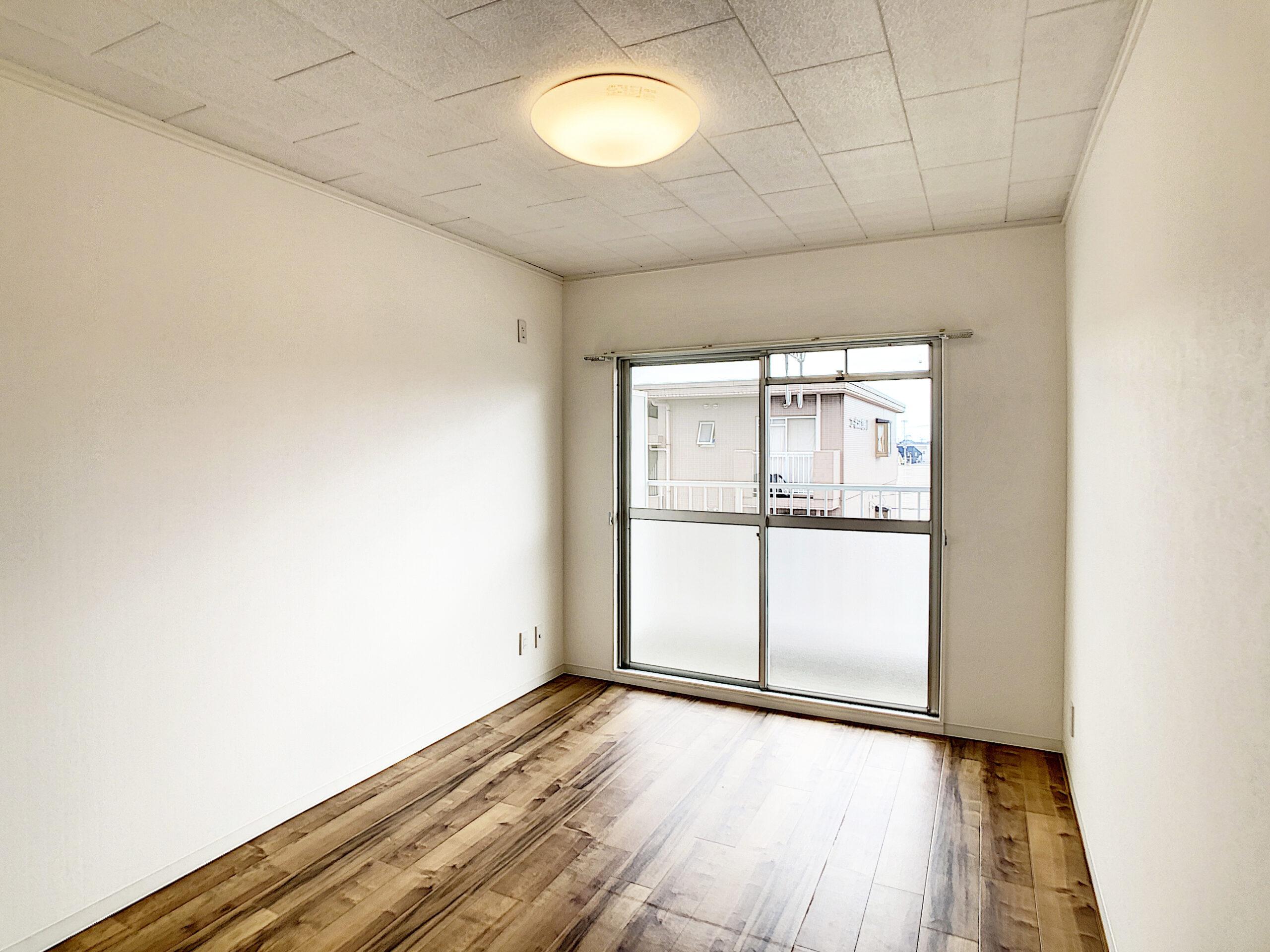 電球色の照明でシンプルな白いお部屋も暖かみのある空間に。