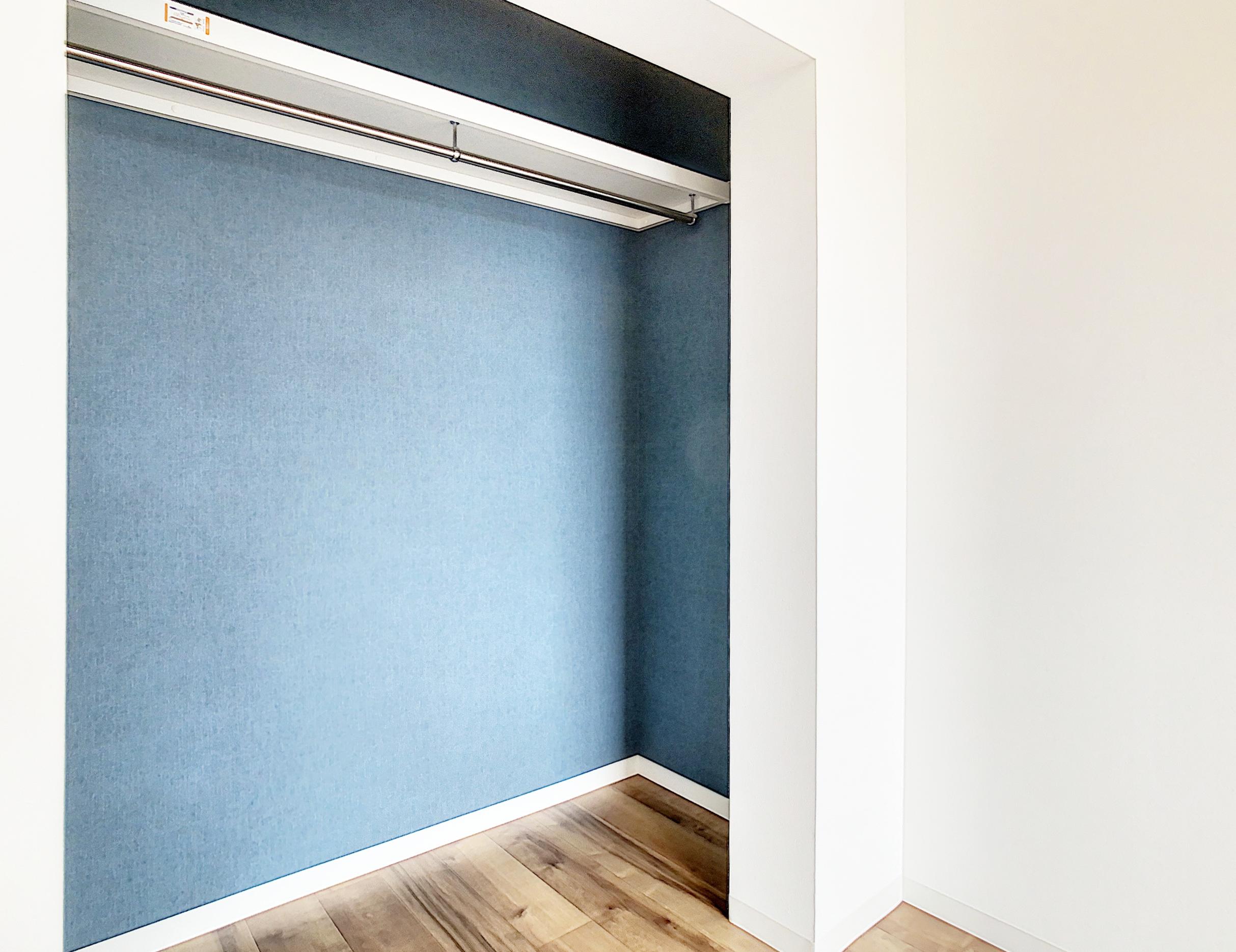 トレンドカラー・ネイビーのオープンクローゼットはお部屋のアクセントに!