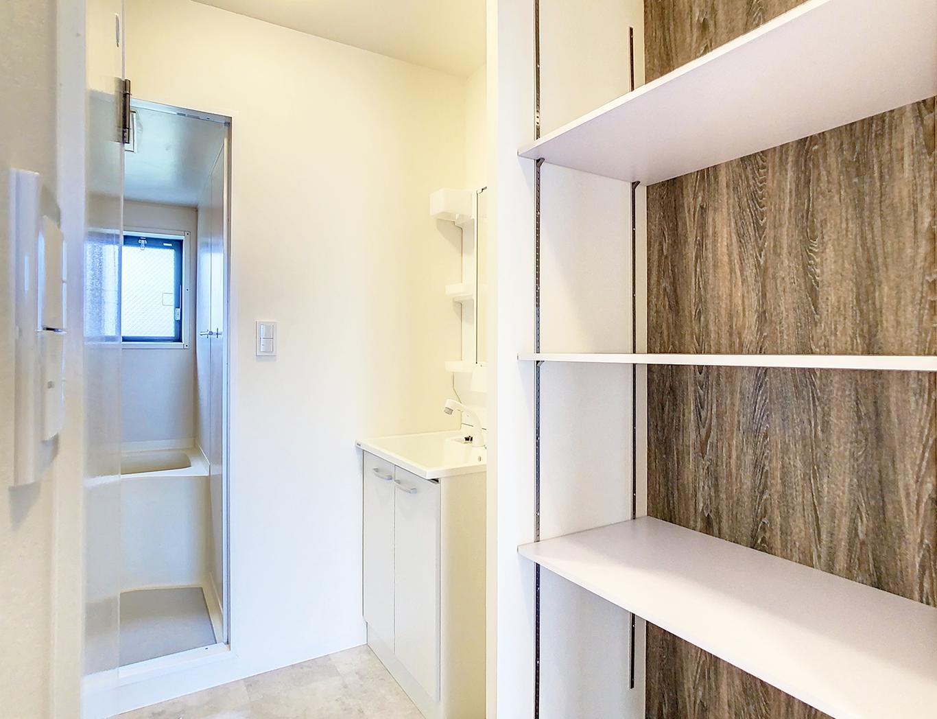 廊下のデッドスペースも造作棚で有効活用!木目調の背板がオシャレ