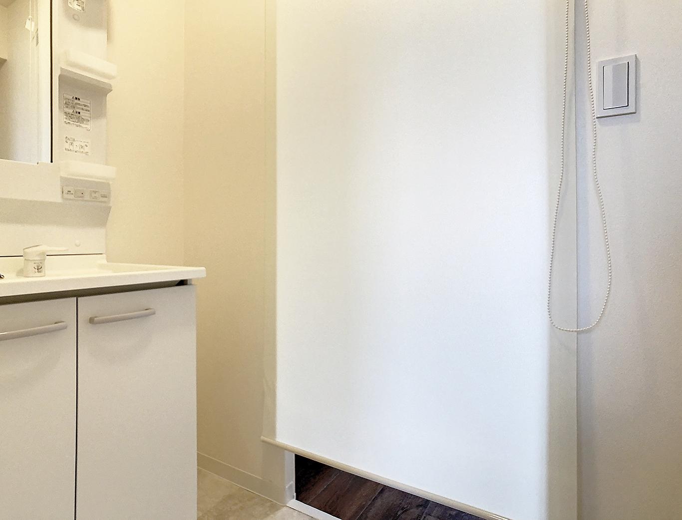 洗面化粧台も新品!ロールスクリーンで廊下からも見えないようになっています。