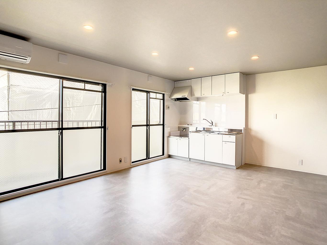 白一色のキッチンがシンプルながらも洗練された空間を演出してくれます。