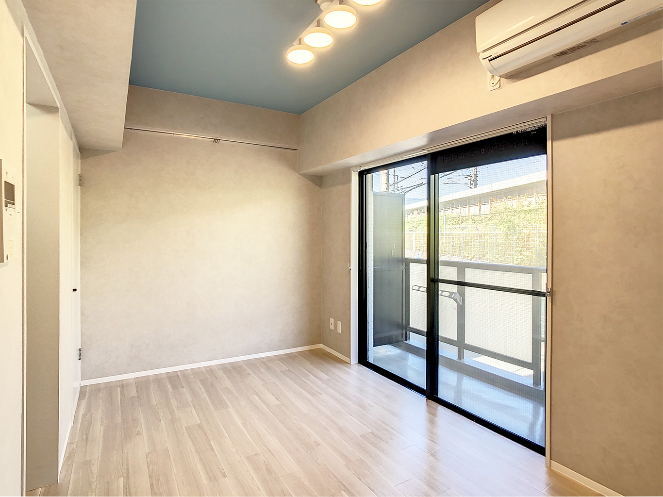 柔らかいスポットライト照明に淡い濃淡のある塗り壁調が優しい雰囲気を出してくれています。